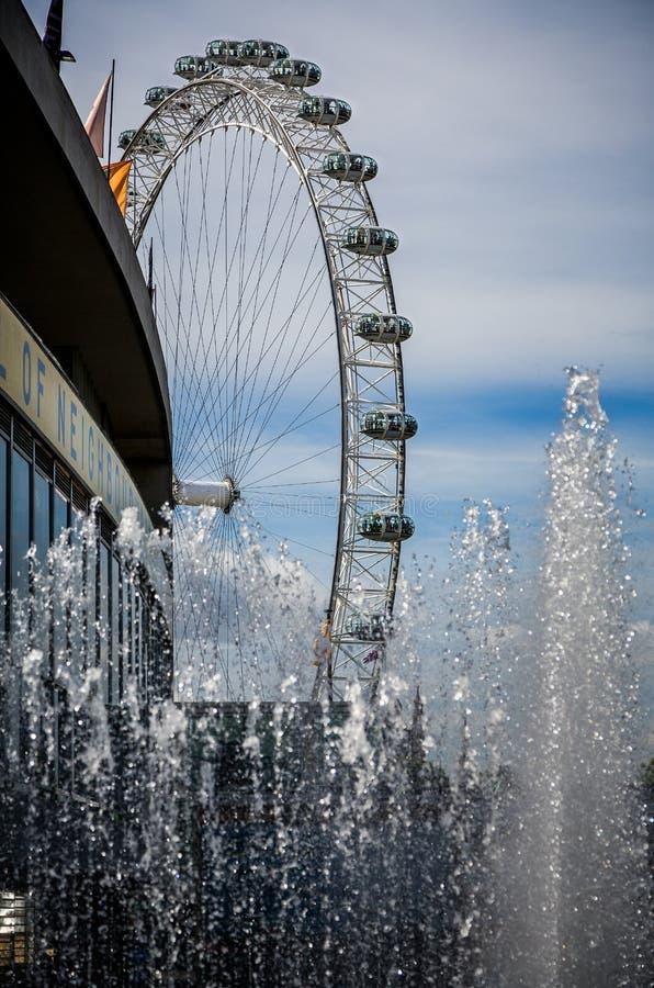 Zamyka w górę fontann od Południowego banka i London Eye, Londyn, UK fotografia royalty free