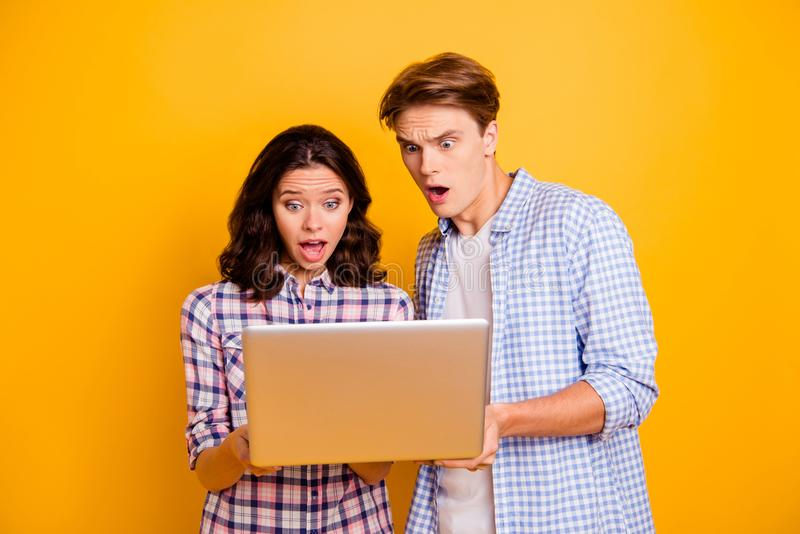 Zamyka w górę fotografii żadny para w miłości go oh on jego ona jej damy chłopiec z komputerem w rękach udaremniać o niewiarygodn zdjęcia royalty free