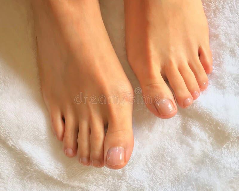 Zamyka w górę fotografii kobiet palec u nogi na białym ręczniku i cieki zdjęcie stock