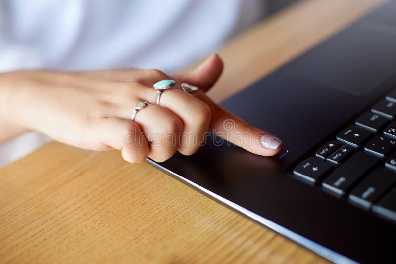 Zamyka w górę fotografii kobieta laptopu odcisku palca wzruszający czujnik z jej palcem nazwa użytkownika w system Biometryczny o obrazy royalty free