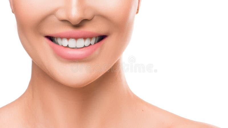 Zamyka w górę fotografii kobiety ono uśmiecha się Zęby bieleje i stomatologiczni zdrowie fotografia royalty free