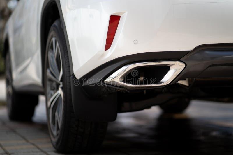 Zamyka w górę fotografii nowożytnego luksusowego sportowego samochodu suv projekta mufflers elegancki tailpipe zdjęcie royalty free