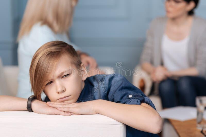 Zamyka w górę fotografii patrzeje na boku rozważna chłopiec obrazy stock