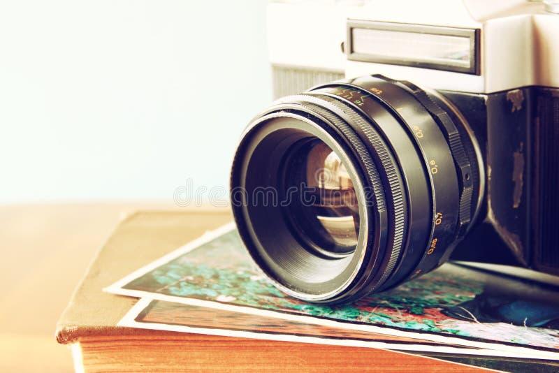 Zamyka w górę fotografii stary kamera obiektyw nad drewnianym stołem wizerunek filtrujący jest retro Selekcyjna ostrość obrazy stock