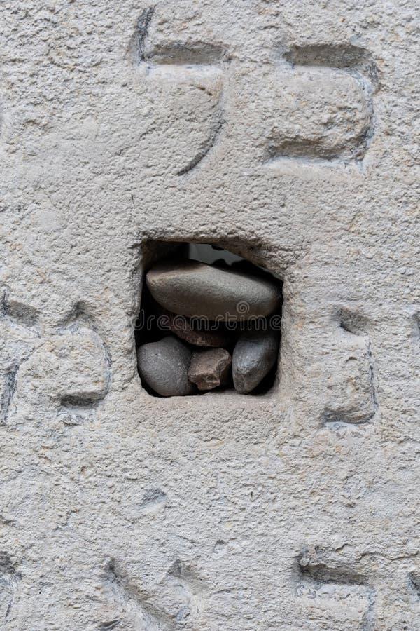 Zamyka w górę gravestone przy Remuh, Remah cmentarzem na Szeroka ulicie w Kazimierz/historyczna Żydowska ćwiartka Krakow, Polska obraz stock