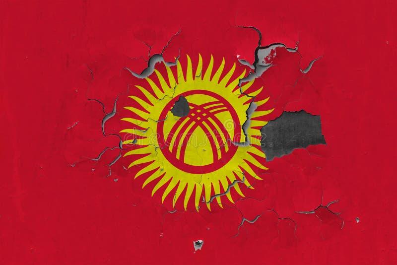 Zamyka w górę grungy, uszkadzającej i wietrzejącej Kirgistan flagi na ścianie struga daleko farbę widzieć wśrodku powierzchni, obrazy royalty free
