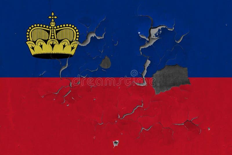Zamyka w górę grungy, uszkadzającej i wietrzejącej Liechtenstein flagi na ścianie struga daleko farbę widzieć wśrodku powierzchni zdjęcie royalty free