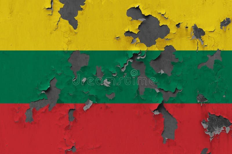 Zamyka w górę grungy, uszkadzającej i wietrzejącej Lithuania flagi na ścianie struga daleko farbę widzieć wśrodku powierzchni, fotografia royalty free