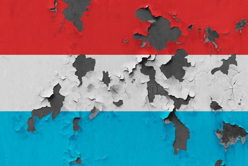 Zamyka w górę grungy, uszkadzającej i wietrzejącej Luksemburg flagi na ścianie struga daleko farbę widzieć wśrodku powierzchni, zdjęcia royalty free