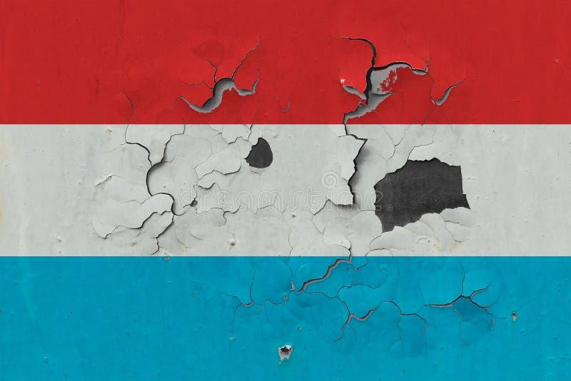 Zamyka w górę grungy, uszkadzającej i wietrzejącej Luksemburg flagi na ścianie struga daleko farbę widzieć wśrodku powierzchni, obraz royalty free