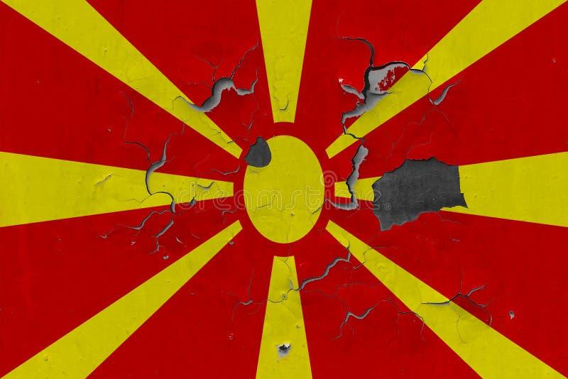 Zamyka w górę grungy, uszkadzającej i wietrzejącej Macedonia flagi na ścianie struga daleko farbę widzieć wśrodku powierzchni, obraz royalty free