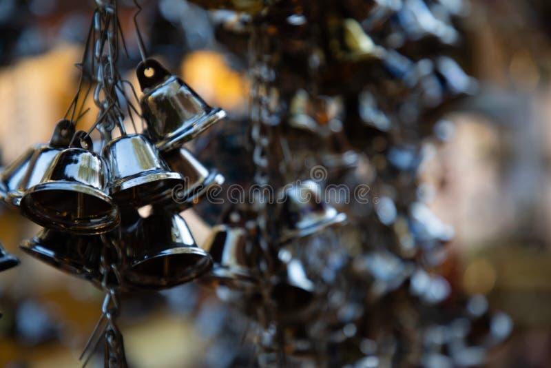 Zamyka w górę grupy wieszać czarnych dzwony w Thailand świątyni zdjęcie royalty free