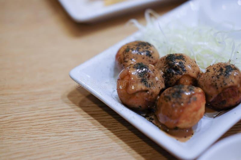 Zamyka w górę Japan karmowego takoyaki na talerzu zdjęcie royalty free