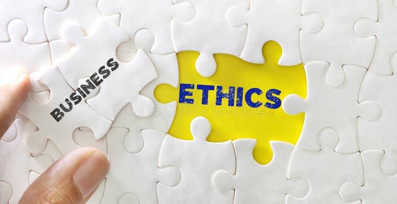 Zamyka w górę kawałka biała wyrzynarki łamigłówka z słowem Biznesowe etyki, pojęcie biznesowa sedno wartość i morał, fotografia royalty free