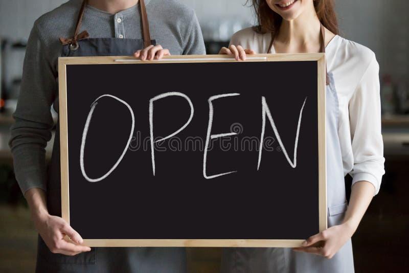 Zamyka w górę kelnera i kelnerki mienia blackboard z reklamą zdjęcia royalty free
