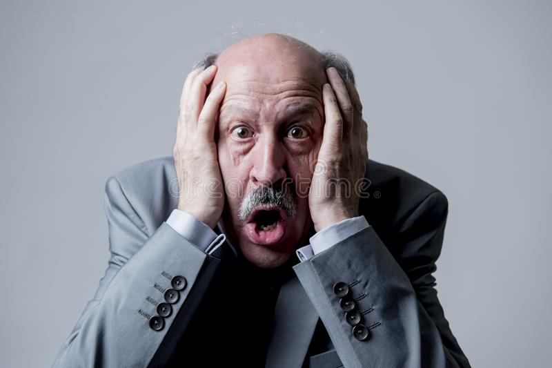 Zamyka w górę kierowniczego portreta łysy 60s starszy biznesowy mężczyzna zaskakujący i okaleczał patrzeć tak jakby duża katastro fotografia royalty free