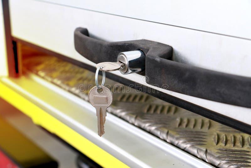 Zamyka w górę klucza przy samochodowym drzwi lub przewozi samochodem drzwi zdjęcia stock