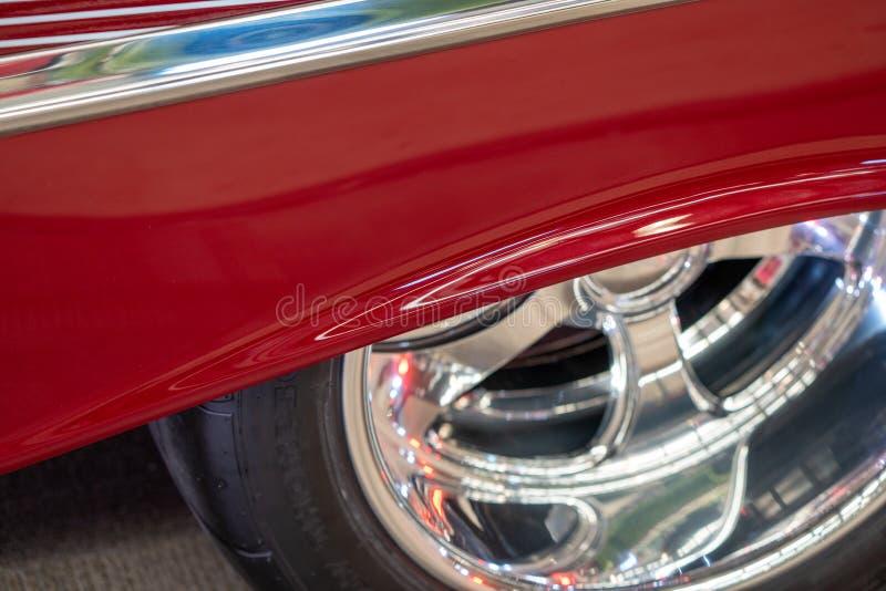 Zamyka W górę koła Czerwony Klasyczny samochód fotografia royalty free