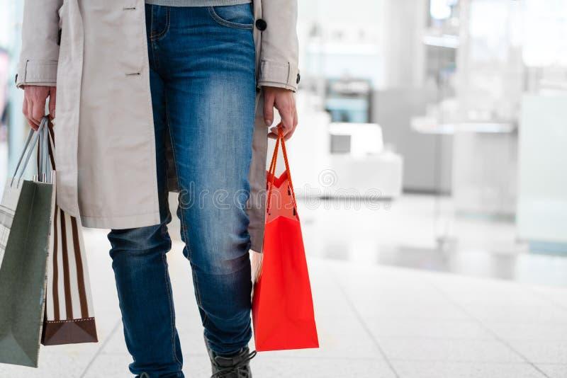 Zamyka w górę kobieta zakupy przy sklepem Pozwala ` s iść robić zakupy! obraz stock