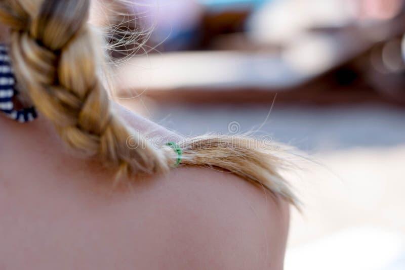 Zamyka w górę kobiety blondynki warkocza włosy obrazy royalty free