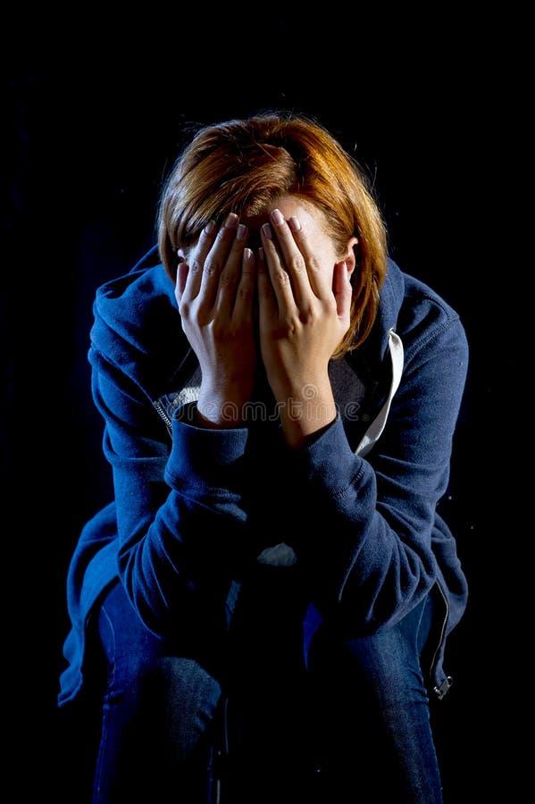 Zamyka w górę kobiety cierpienia depresji i stresuje się płakać samotnie fotografia royalty free