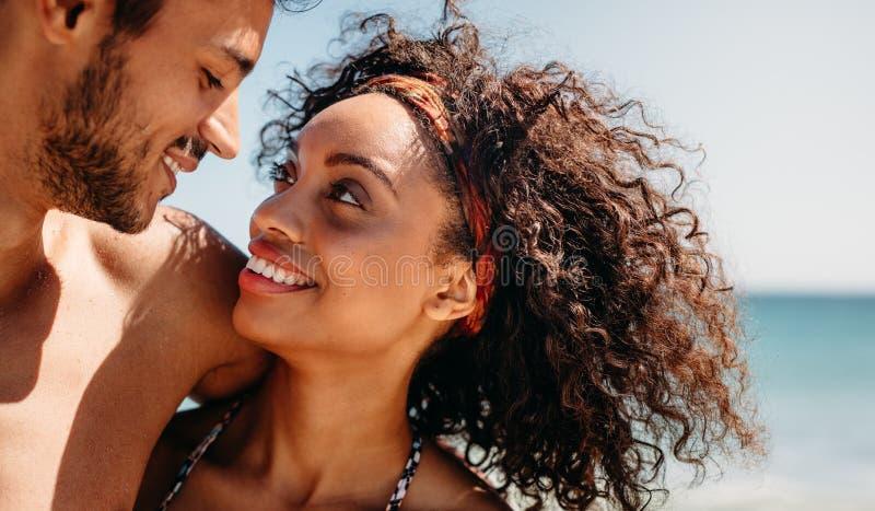 Zamyka w górę kobiety z jej chłopakiem przy plażą obrazy stock