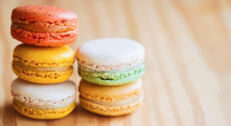 Zamyka w górę kolorowego francuza lub włoszczyzny macaron na drewno stole z c zdjęcie stock