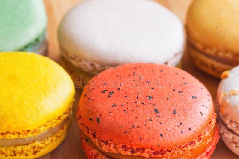 Zamyka w górę kolorowego francuza lub włoszczyzny słodkiego macaron na drewno stole zdjęcia stock