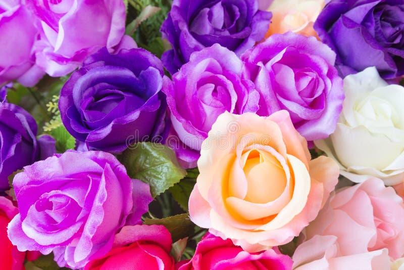 Zamyka w górę kolorowej imitaci lub sztucznego róża kwiatu zdjęcia stock