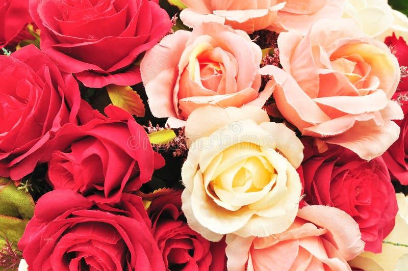 Zamyka w górę kolorowej imitaci lub sztucznego róża kwiatu tła zdjęcie royalty free