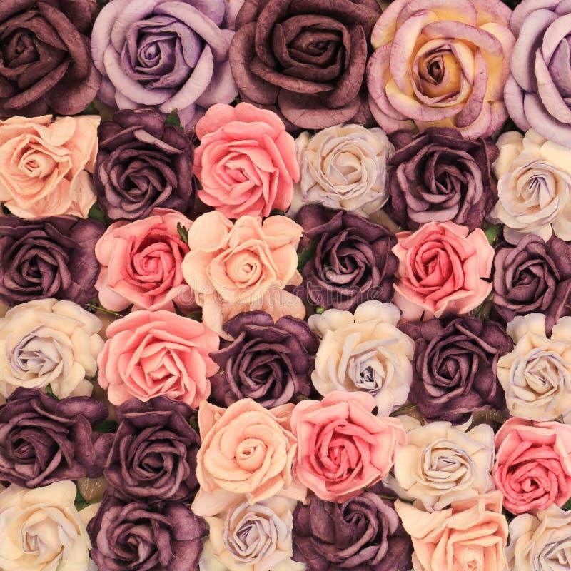 Zamyka w górę kolorowej imitaci lub sztucznego róża kwiatu tła zdjęcia stock