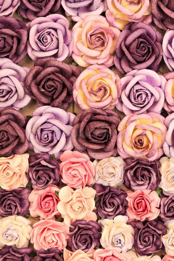 Zamyka w górę kolorowej imitaci lub sztucznego róża kwiatu tła obraz stock