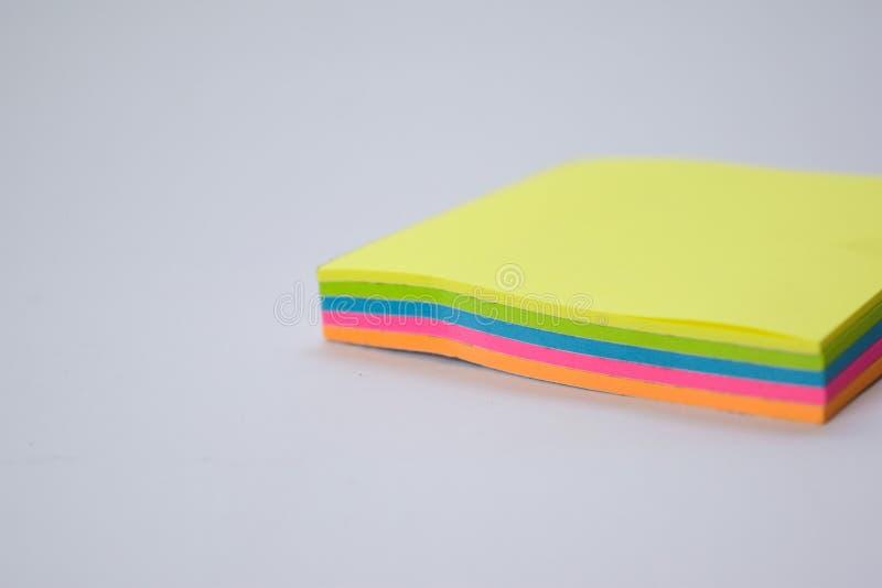 Zamyka w górę kolorowych kleistych notatek odizolowywać na białym tle obrazy stock