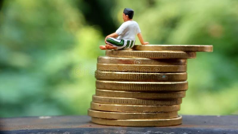 Zamyka W górę Konceptualnego, Midle Starzał się mężczyzny cieszy się jego zarabia lub dochód, siedzi przy stertą 500 złotych mone fotografia royalty free