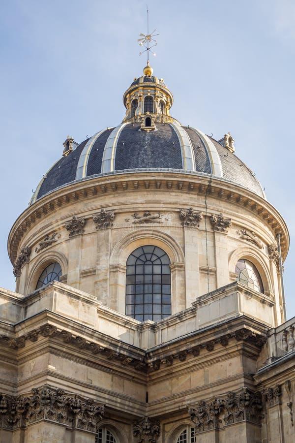 Zamyka w górę kopuły Institut De France stawia czoło Pont des sztuki w Paryż na obrazy stock