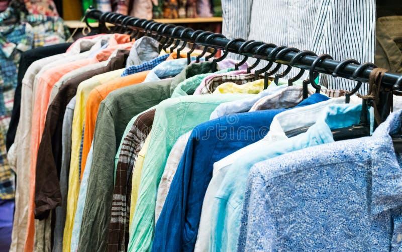 Zamyka w górę koszula na wieszakach robi zakupy pojęcie zdjęcia stock
