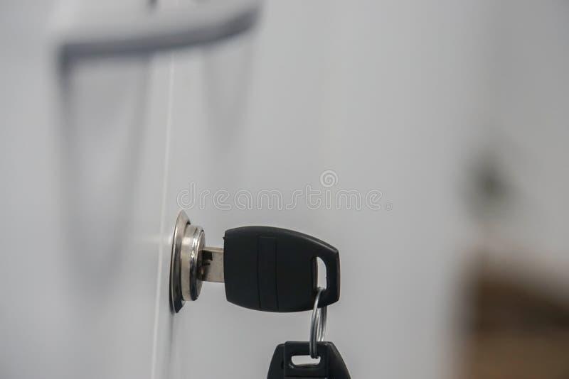 Zamyka w górę kreślarza klucza w keyhole z zarezewowanym kluczem zdjęcie stock