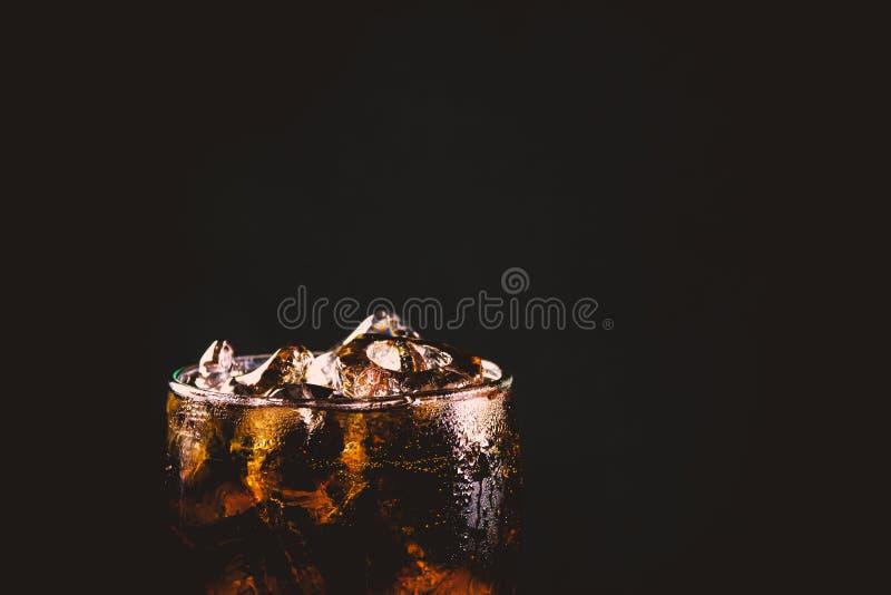 Zamyka w górę lukrowego koli szkła Iskrzastej wody miękcy napoje w szkle fotografia royalty free