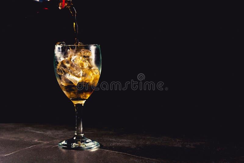 Zamyka w górę lukrowego koli szkła Iskrzastej wody miękcy napoje w szkle zdjęcie royalty free