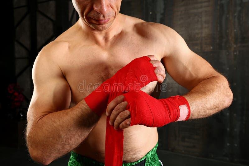 Zamyka w górę mężczyzny boksera opakunkowych nadgarstków z czerwonym opakunkiem zdjęcie royalty free