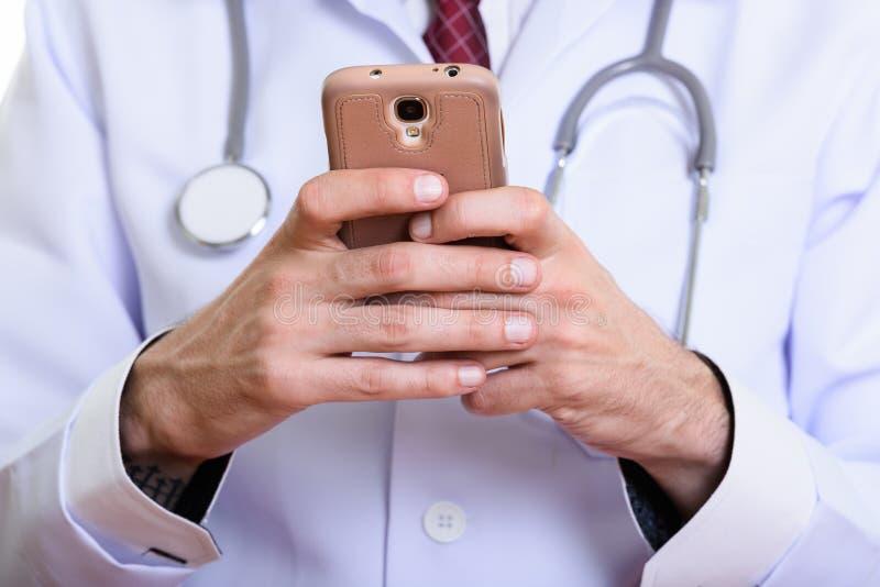 Zamyka w górę mężczyzny doktorskiego używa telefonu komórkowego zdjęcia stock