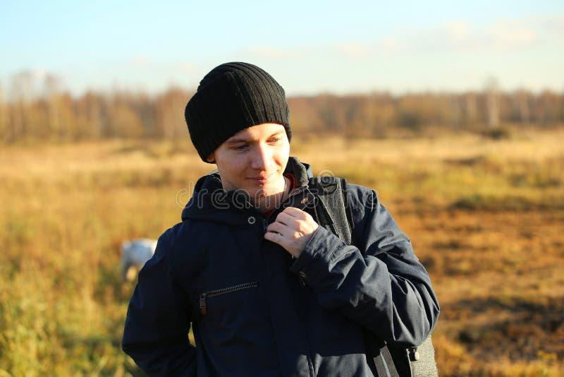 Zamyka W górę mężczyzny Outdoors Chodzi W jesień krajobrazie obraz stock