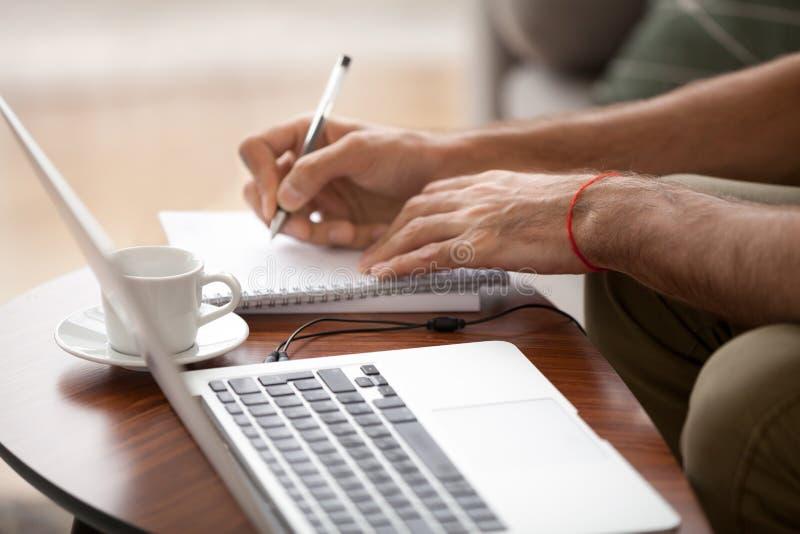 Zamyka w górę męskiego używa laptopu pisze puszkowi znacząco dane obraz stock