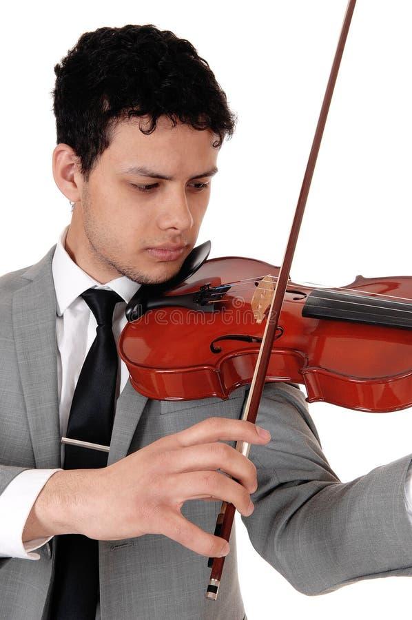 Zamyka w górę młodego człowieka bawić się skrzypce fotografia stock