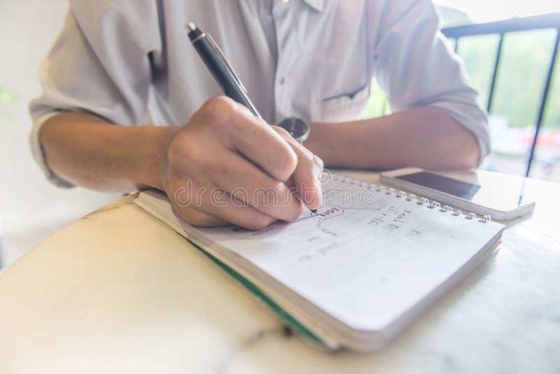 Zamyka w górę młodego ucznia pisze notatkach zdjęcia stock