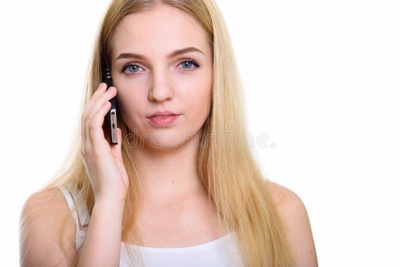 Zamyka w górę młodej pięknej nastoletniej dziewczyny opowiada na telefonie komórkowym obraz royalty free