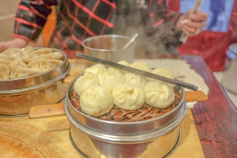 Zamyka w górę Małych Parowych babeczek w Chińskiej restauracji fotografia stock