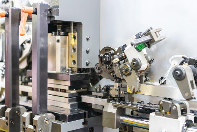 Zamyka w górę mechanizmu poncza kostki do gry setu metalu prześcieradła wielocelowy chylenie lub ciągły szkotowy tworzyć automaty zdjęcia stock