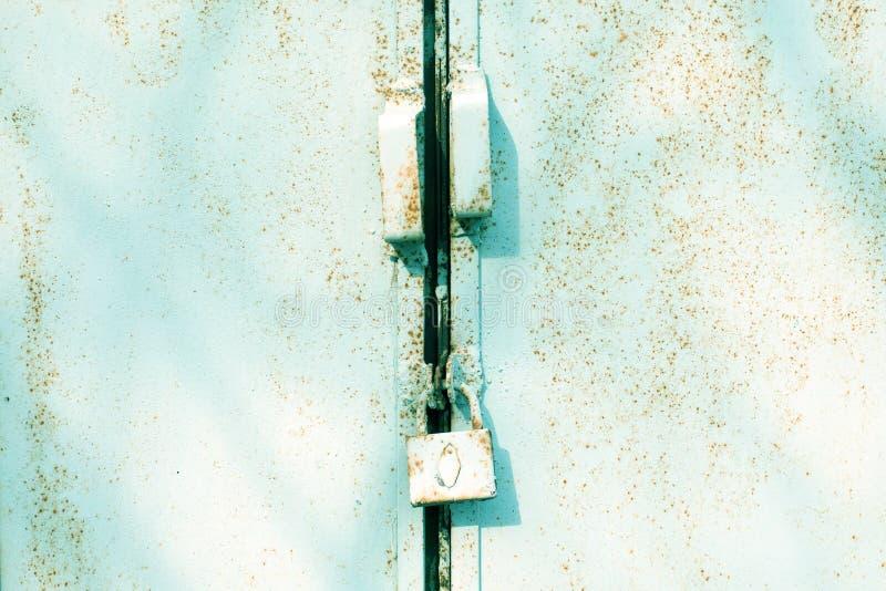 Zamyka w górę metalu drzwi z kędziorkiem, grungy styl Przemysłowy Błękitny Tło fotografia stock