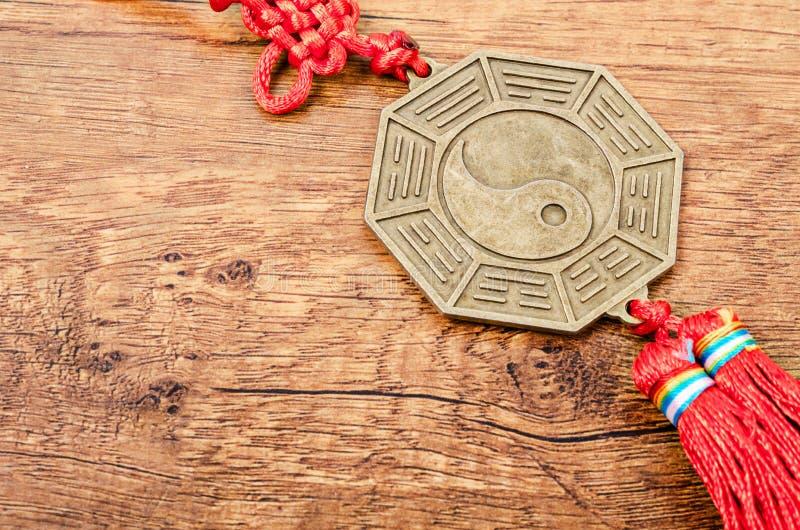 Zamyka w górę metalu znaka Yin Yang moneta obraz royalty free